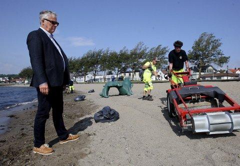 Langvarig: Det skylles store mengder plastfibre i land på Sjøbadet. Kommunen greier ikke å rense stranden denne sommeren.  Foto: Terje holm