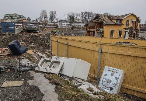ALT SKAL BORT: Rivingsarbeidet i Nyquistbyen går sin gang, og en del av verdiene selger nå rivningsentreprenøren Norsk Saneringservice rettmessig via finn.no.