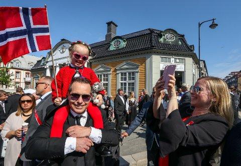 Her er årets program for nasjonaldagsfeiringen i mossedistriktet. Bildet er fra fjorårets barnetog i Moss. Jens Andreasson med datteren Felicia (3) på skulderen. Mamma Hilde-Gunn Ødegård tar bilde.