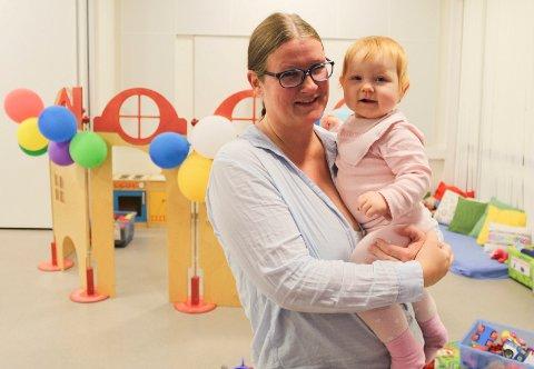 REÅPNET: Kristin Næss med datteren Emilie (13 måneder) var med på reåpningsfesten for Åpen barnehage, som har flyttet til nye lokaler i Skoggata 24.