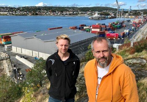 OPPGITTE: Anders Kyvik ( til v.) og Rune Jørgensen i Kallum og Kleberget vel fikk medhold fra fylkesmannen i sin klage på det nybygde havnelageret. Nå forhandler kommunen og håper at lageret likevel får stå. Det reagerer velet på.