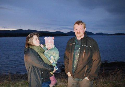 HUSBYGGERNE SER BEDRING: Samboerparet Rakel Kongsmo og Jon Arve Svendsen mener at lysforurensninga fra vindturbinene på Hundhammerfjellet ikke er like ille som tidligere.