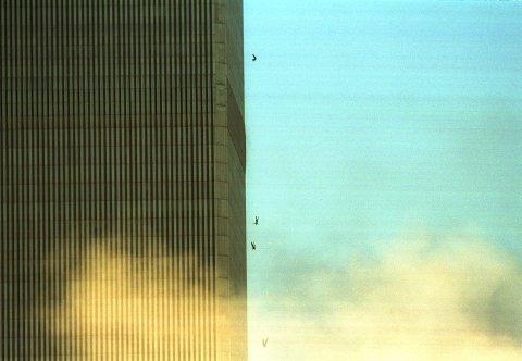 UVIRKELIG KATASTROFE: Folk hopper ut av World Trade Center for å unnslippe røyk, flammer og gulv som raser sammen. De faller flere hundre meter, rett ned i en sikker død.