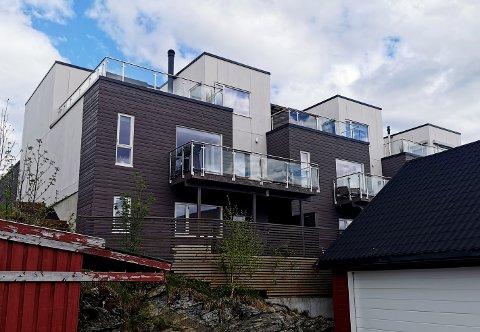 I sokkeletasjen er det en leilighet som boligkjøperen var avhengig av å leie ut for å kunne kjøpe huset til 6,5 millioner kroner. I ettertid viser det seg at den ikke er godkjent for utleie.