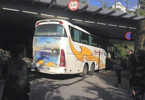 SATT FAST: Denne bussen feilberegnet høyden sin og ble sittende fast under togbrua i Nordstrandveien.