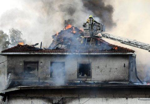 DRAMATISK: Rundt 30 brannmenn var i sving for å få bukt med flammene i Enebakkveien 289 søndag. Foto: Solfrid Therese Nordbakk