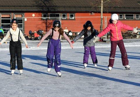 BALANSEKUNST:   Ikke like enkelt å holde balansen på isen, men jentene fra Bjørndal Skole storkoste seg på skøyter.  Foto: Solfrid Therese Nordbakk