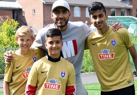 BESØKTE FOTBALLSKOLEN: Danial Bilal, Darin Miran og Andreas Tjelle Bondevik fikk både råd og autograf av fotballproff Haitam Aleesami.