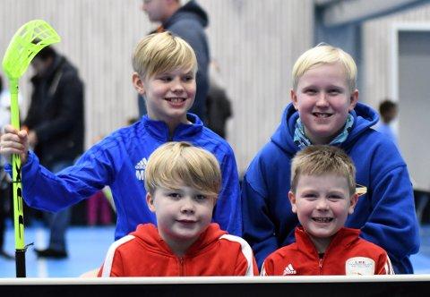 FORNØYDE: MathiasFjeld (Innebandy), Ole-Fredrik Noreng Frost (Fotball), Lukas Severin Orfjell (Bryting) og Kal Tyko Hagmon (Bryting) koste seg i den nye hallen.