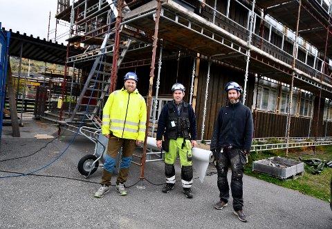 Det er Tessand Byggservice AS som har oppdraget. Her ved Lars André Lusæter, Anders Strand og Audun Grevrusten.