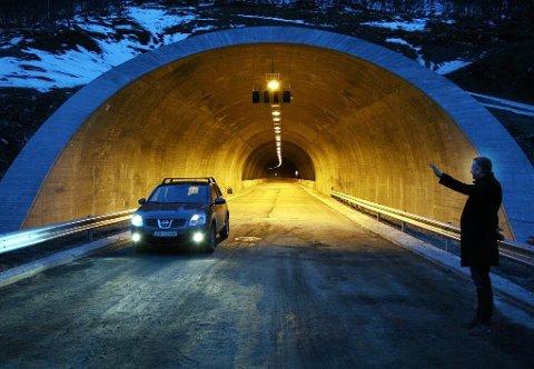 ÅPNING: Her åpner Torsken-ordfører Fred Flakstad (Ap) tunnelen gjennom Ballesvikskaret, like før Gryllefjordbrua. Nå er tvistesaken om sluttoppgjøret for sistnevnte avgjort i Hålogaland lagmannsrett, i alle fall foreløpig.
