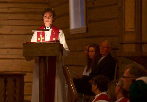 TILBUDT STILLING: Julie Schjøth (30) ble historisk da hun ble ordinert til prest i Nordreisa kirke i fjor. Nå er hun også tilbudt stillingen som fast prest.