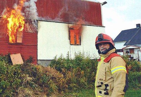 GÅR AV: Hans Hugo Henriksen på en brannøvelse på Storsteinnes i 2017. Natt til fredag hadde veteranen sin siste vakt som utrykningsleder i Balsfjord brann og redning.
