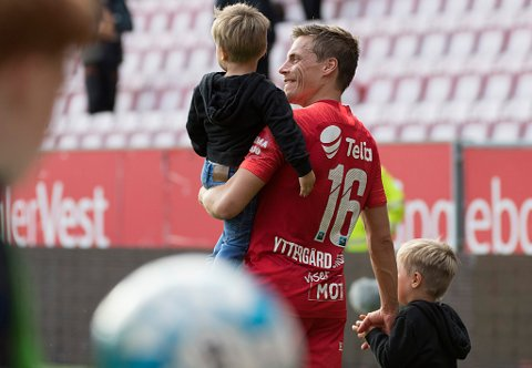 SISTE OPPTUR: Ruben Yttergård Jenssen feiret med sønnene Edward og Leonard etter scoring og 2-1-seier over Stabæk 21. juli. Før og etter den kampen har det blitt til sammen fire kamper på benken, de to siste helt uten spilletid.