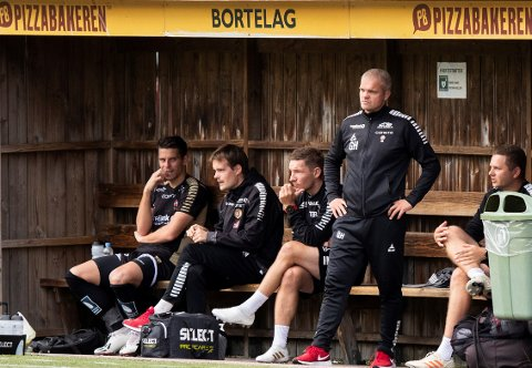 BETENKT: Simen Wangberg, Gaute Helstrup og resten av TIL-benken ser betenkt på banen i en 1. omgang hvor TIL ble utspilt av KFUM Oslo. Etter hvilen endret kampen helt karakter.