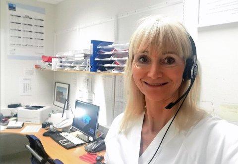 MYE GLEDE: Lisbeth Indrevik jobber som jordmor på UNN i Tromsø., en jobb som kan by på utfordringer, men som også gir mye glede og positivitet.