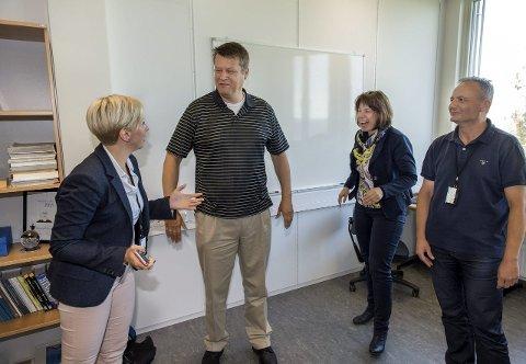 NYBROTTSARBEID:  Sofie Nystrøm tar imot Geir Olav Dyrkolbotn på hans første arbeidsdag. Han blir kollega med Karin Franke (Tyskland) og Slobodan Petrovic (Serbia).