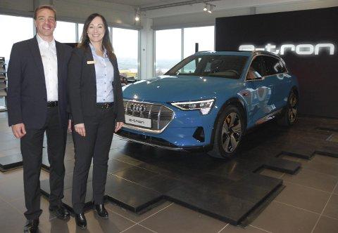 WOW!  Og så hadde vi Audi e-Tron Quattro der, avduket i all sin prakt. Daglig leder Finn Johansen og salgskonsulent Line Vestheim på Møller Bil i Gjøvik gleder seg til 2019, som blir et stort Audi-år.FOTO: ØYVIN SØRAA