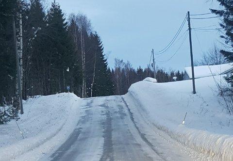 Her på fylkesveg 86 vest for Sletta i Østre Toten kommune er det fartsgrense 80 km/t, den ville Robøle få ned til 60 km/t.