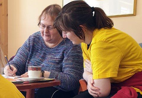 SOSIALT SAMVÆR: Unni Bråten på Korsvoll og Angelica Maria Røste fra ungdomsskolen løser Quiz sammen.