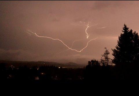 LYN OG TORDEN: En leser sendte oss dette bildet fra Raufoss. Bildet er tatt klokka 05.31 torsdag morgen.