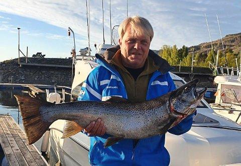 LEDER OA-POKALEN: Stig Ove Johannessen har tatt teten i kampen om OA-pokalen for største mjøsørret i tidsrommet 1. juni til 31. mai. Lederfisken veide 8,22 kilo.