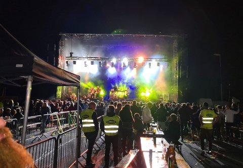 PARTYSTEMNING: Publikum brøt smittevernreglene og forlot bordene for å stille seg tett sammen foran scenen under siste halvtimen av konserten med Halva priset på Mjøsstranda.
