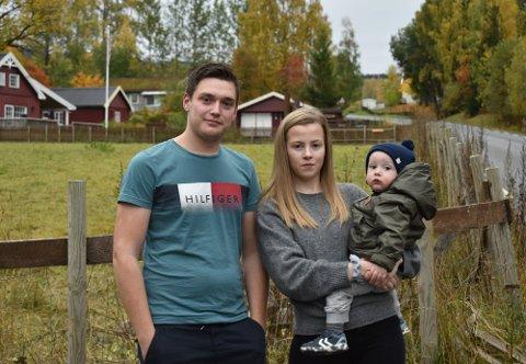 GRISEKJØRING: Trond Solberg Kristiansen flyttet til Krabyskogvegen sammen med Trine Kristiansen og sønnen Eskil for mer enn et år siden. Han opplever daglig grisekjøring på motorsykkel i området, og mener politiet må prate med ungdommen i miljøet.