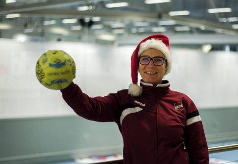 Gleder seg: Nisselue og håndball er sentrale elementer i Follotrykk Arena og Langhushallen i romjulen. FOTO: EIRIK LØKKEMOEN BJERKLUND