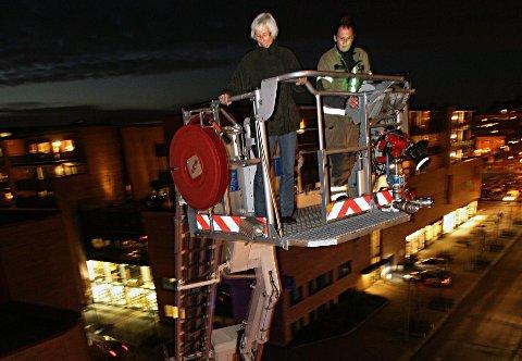 Stigebil: I 2008 fikk ØB være med på øvelse med Follo Brannvesen i Sentrumveien 8. Her ble en person hentet ned fra 6. etasje – via brannbilen – som en demonstrasjon. FOTO: Bjørn V. Sandness
