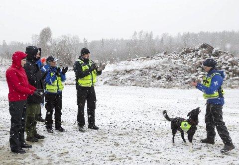 Disiplin: Hundeekvipasjen bestående av Anne Cecilie Eide og hunden Nicky viste de besøkende hva de kunne.  ALLE FOTO: Bjørn V. Sandness