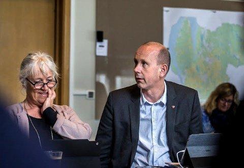 GRENSEJUSTERING: Rådmann Trine Christensen og ordfører Ola Nordal vil bidra til å skaffe mest mulig informasjon om hvor fortreffelig Ås kommune er slik den er i dag.   Foto: EIRIK LØKKEMOEN BJERKLUND