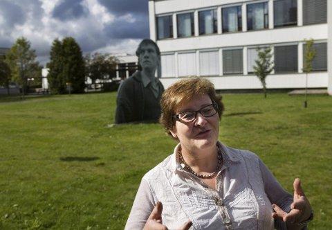Rektor Anne Karin Øksnevad ved Ås videregående skole er glad for å starte undervisningen igjen, men ser også noen utfordringer.