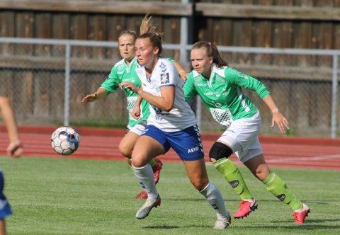 PÅ LAG:  Susanne Haaland (i grønn drakt) jager Kolbotns Tonje Pedersen i en treningskamp i 2020. Nå skal de spille på lag.
