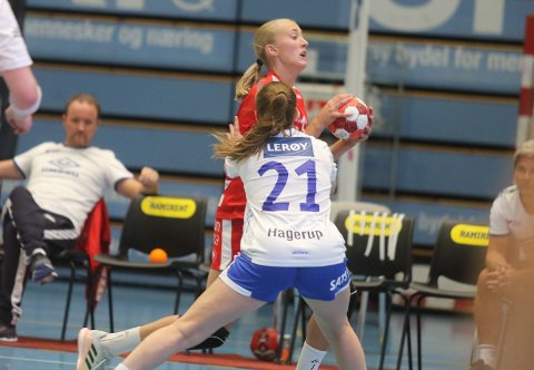 BEST PÅ FOLLO: Martine Kårigstad Andersen gjorde en god figur i det tøffe bortemøtet med Molde. Her fra hjemmepremieren mot Fana.