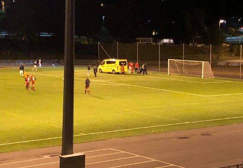 SKADE: Ambulansen måtte inn på Langhus kunstgress da en av Rilindjas spillere pådro seg en skade i andre omgang av kampen mot Langhus.