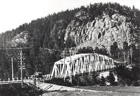 BOMMESTADBRUENE   Bommestad bru fra 1902 avbildet fra to forskjellige vinkler på vestsiden av Lågen.