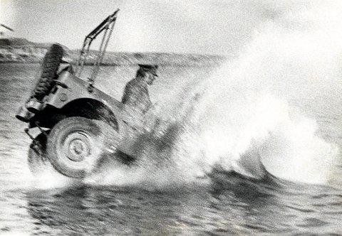 FILMLOCATIONS  Under filminnspillingen av Olsen-banden i Stavern. Ulf Kittelsen kjører jeep ut i vannet