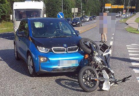 SAMMENSTØT: Det ble trafikale utfordringer på stedet da en politimann og en 17 år gammel jente kolliderte på Moheim ved E18-avkjøringen til Grenland 10. august i år. (Arkivfoto: Telemarksavisa)