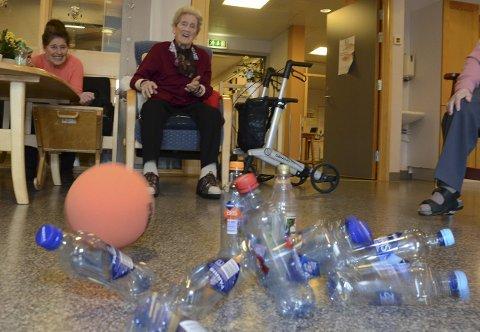 Så flaskene spruter: 99 år gamle Sigrid Arnesen klinker til Farris-kjeglene flakser. Strike blir det her. (Alle foto: Sverre Viggen)