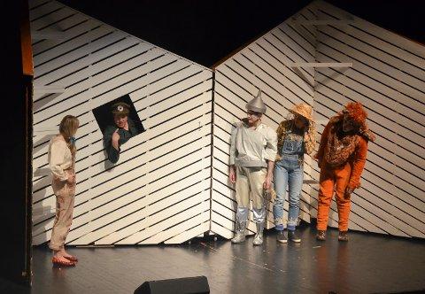 KOSTELIG: Portvakt (Endre Bårdseng) viser stort komisk talent når han skal slippe Dorothy(Maha Nilsen-Vasaasen), Blikkmannen (Elise Meyer), Fugleskremselet (Marie Midthun) og den redde løven (Kssper Silkoset Syvertsen) inn i Smaragdbyen