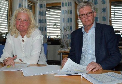 UUNNGÅELIG: Fylkesråd Aasa Gjestvang (Sp) og fylkessjef Tore Gregersen slår fast at kutt i tilbudet i de videregående skolene er uunngåelig når elevtallet synker. (Foto: Bjørn-Frode Løvlund)