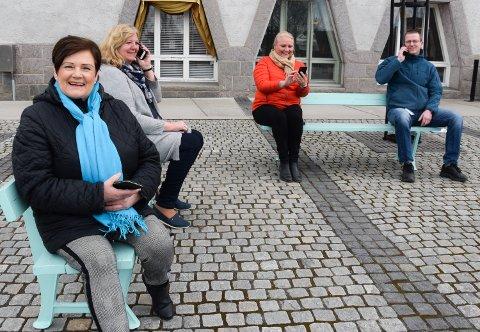 RING EN VENN: Randi Stensløkken Moen (fv) fra frivillighetssentralen, ordfører Lillian Skjærvik, kultursjef Line M. Rustad og enhetsleder hall og service Kjetil Landheim, oppfordrer elverumsinger om å ta kontakt med hverandre.