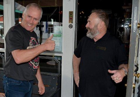 FØRSTE GJEST: Leif Tore Gundersen (til venstre) var første gjest da Odd Arne Ørbakk åpnet dørene til Brødr. Stensby's igjen.