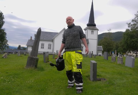 HJELPSOM: – Jeg bryr meg om alle og vil at det skal se pent og ordentlig ut på kirkegården i Øvre Rendal, sier Arild Grøtan.