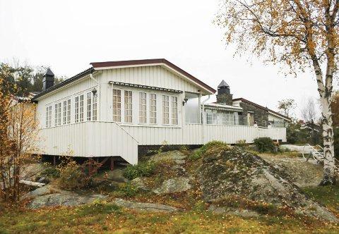 Slik ser dagens hytte i Hønsøveien 65 ut. Den har et stort areal fordelt på flere bygg.