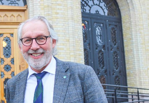 Carl-Erik Grimstad sitter for Venstre på Stortinget og er også medlem i Helse- og omsorgskomiteen. Vaksinestrategien kjenner han på personlig, med en kreftsyk søster som må vente på vaksine.