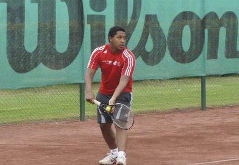 Porsgrunn Tennisklubb har rekruttert en ny tennistrener fra Sverige. Urban Ekström er bare 22 år, men har vært tennistrener siden han var 14. Han har også den høyeste trenerutdanningen det er mulig å få i Sverige.