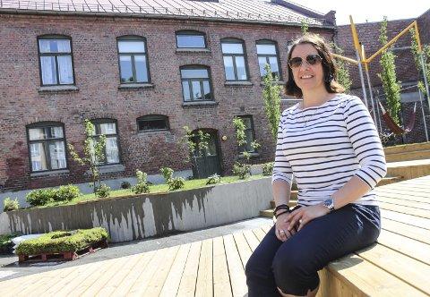 – Hele byen er velkommen til åpningsfest på fredag, sier Anett Herbjørnsen på aktivitetssenteret i Meierigården. Bakgården, før en begredelig parkeringsplass, er ikke til å kjenne igjen.