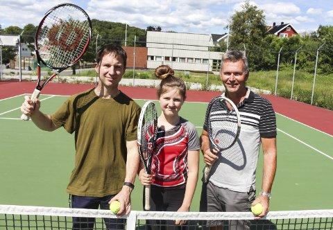 Erik Gabrielsen, Erle Berbom Gabrielsen og Eirik Eliassen i Langesund Tennisklubb håper på økt aktivitet på det flotte anlegget på Slåttnes.